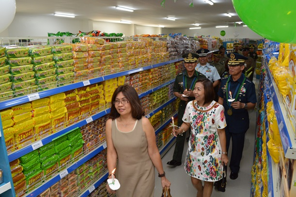 The guests led by Lt Gen Domingo and Maj. Gen. Iriberri inspect the newly-constructed and newly-opened concessionaire which is more spacious and offers a wide array of products.